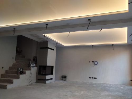 Napínaný strop - lesklý podsvietený